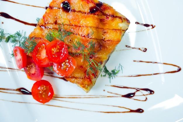 Lasanha com tomate em um prato branco. lasanha com tomate em um prato branco