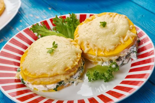 Lasanha de abóbora butternut vegan, queijo de caju, pesto de couve.