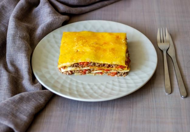 Lasanha em uma superfície cinza culinária italiana