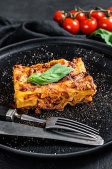 Lasanha italiana caseira com molho e carne de tomate.