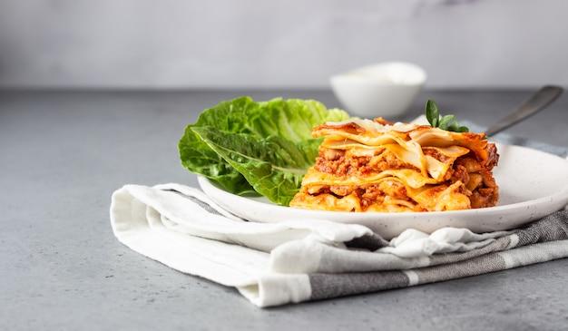 Lasanha italiana tradicional com carne picada, tomate e queijo