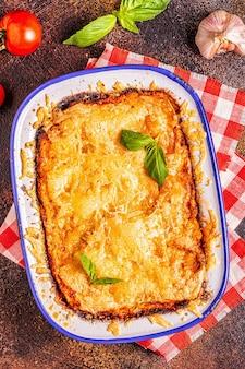 Lasanha italiana tradicional com legumes, carne picada e queijo, vista de cima, copie o espaço.