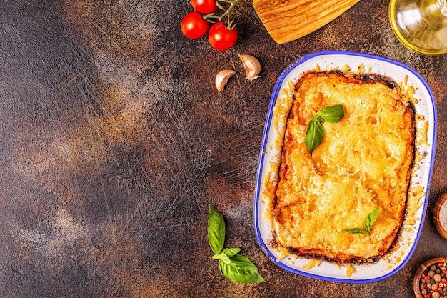 Lasanha italiana tradicional com legumes, carne picada e queijo