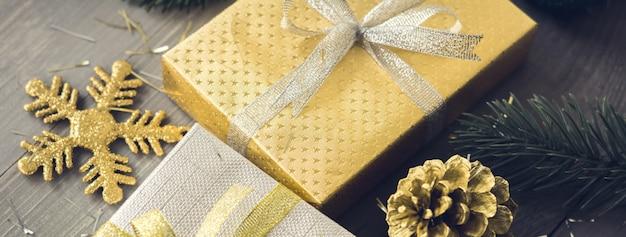 Lasca e ouro shimmer caixas de presente de natal na mesa de madeira banner fundo