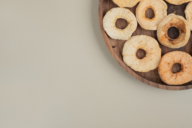 Lascas de maçã seca na placa de madeira