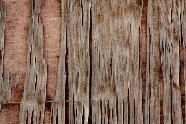 Lascas de madeira desgastadas na superfície envelhecida