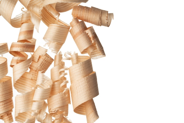 Lascas de madeira enroladas em cacho isolado no branco