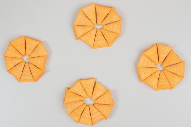 Lascas em forma de triângulo na superfície cinza