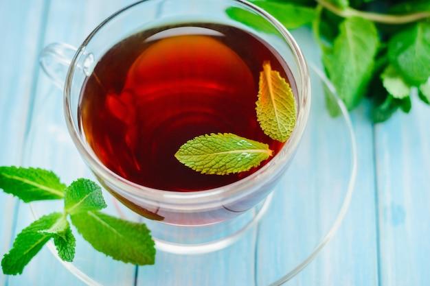 Lass xícara de chá preto ou folhas de hortelã fresca