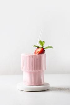 Lassi de morango indiano, smoothie ou milkshake isolado no fundo branco. formato vertical.