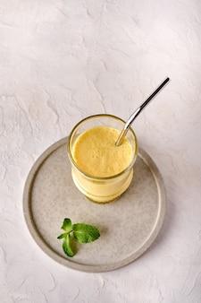 Lassi é a tradicional bebida refrescante fria indiana com manga, hortelã e gelo mata a sede perfeitamente