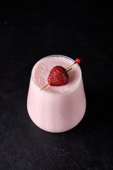 Lassi é uma bebida refrescante fria tradicional indiana com iogurte de morango e gelo que mata perfeitamente