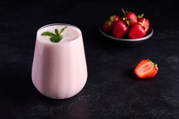 Lassi é uma bebida refrescante fria tradicional indiana com iogurte, morango e hortelã e gelo perfeitamente