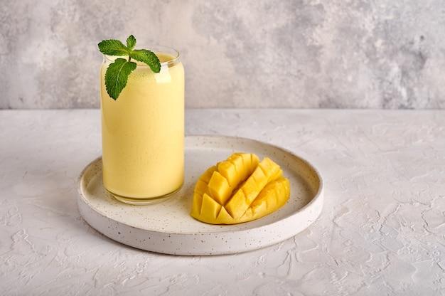Lassi é uma bebida refrescante tradicional popular com temperos de iogurte, manga e gelo.