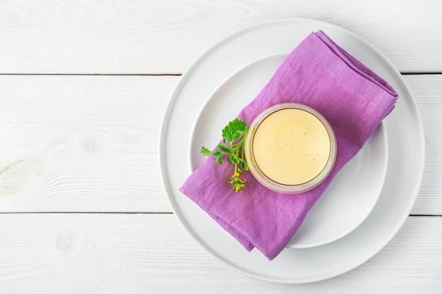 Lassi tradicional com manga em uma parede de luz. bebida de leite refrescante. vista superior, copie o espaço.
