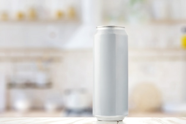 Lata branca de cerveja na mesa da cozinha