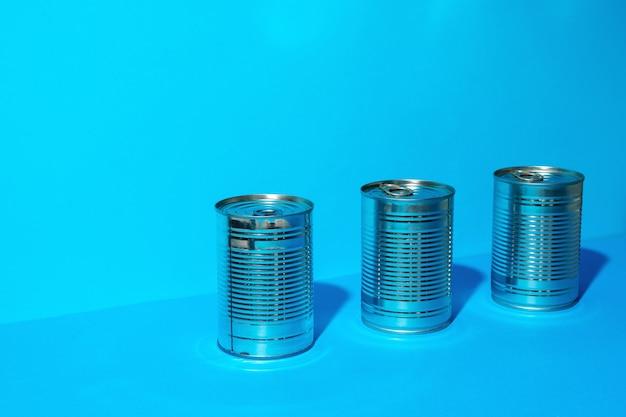 Lata com comida em fundo azul