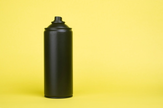 Lata de aerossol preta em amarelo