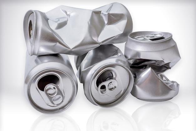 Lata de alumínio amassado. lata vazia e lata de alumínio isolado no fundo branco. com clipp