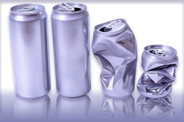 Lata de alumínio amassado. lata vazia e lata de alumínio isolado no fundo branco