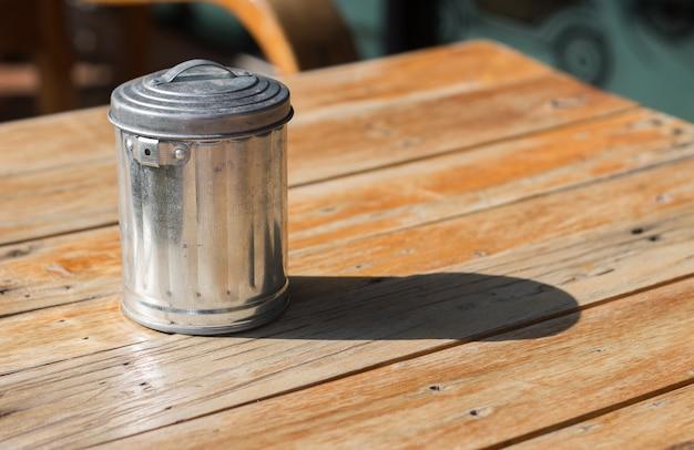 Lata de alumínio na mesa de madeira no dia ensolarado