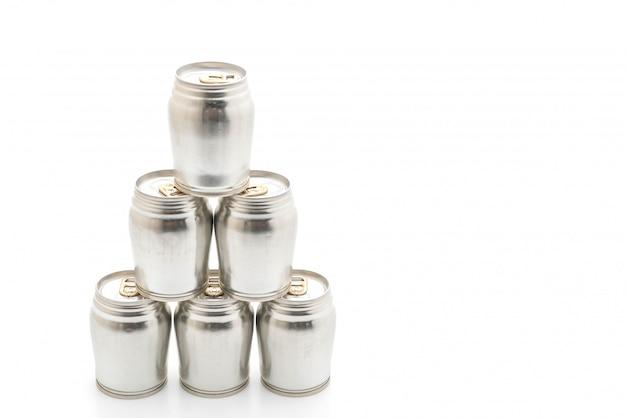 Lata de alumínio no fundo branco