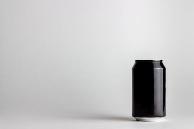 Lata de alumínio preto sobre um fundo branco. brincar.