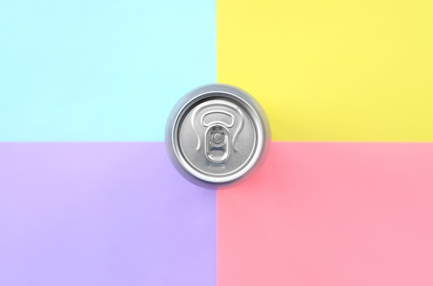 Lata de cerveja de alumínio de lata de prata sobre um fundo pastel