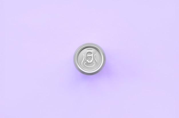 Lata de cerveja metálica na textura violeta pastel