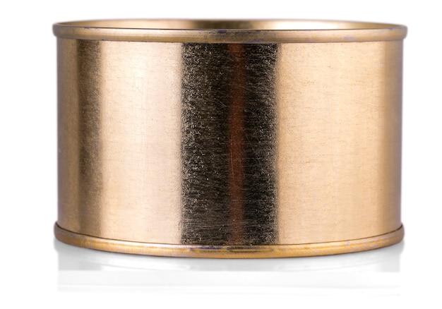 Lata de lata dourada sobre fundo branco isolado.