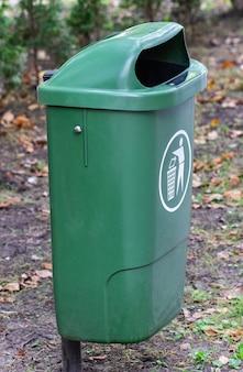 Lata de lixo, caixote do lixo, caixote do lixo, lata de lixo estacionada.