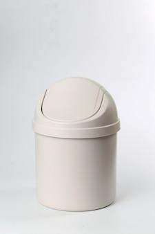 Lata de lixo em plástico no fundo branco