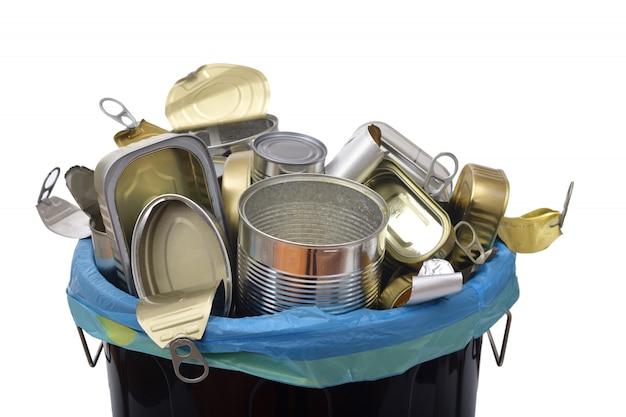 Lata de lixo (lata comida) cheio de latas em branco