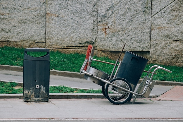 Lata de lixo para limpar a rua