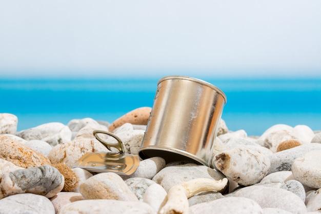 Lata de metal na praia