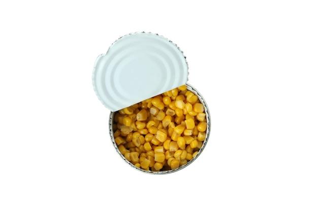 Lata de milho enlatado isolada na parede branca