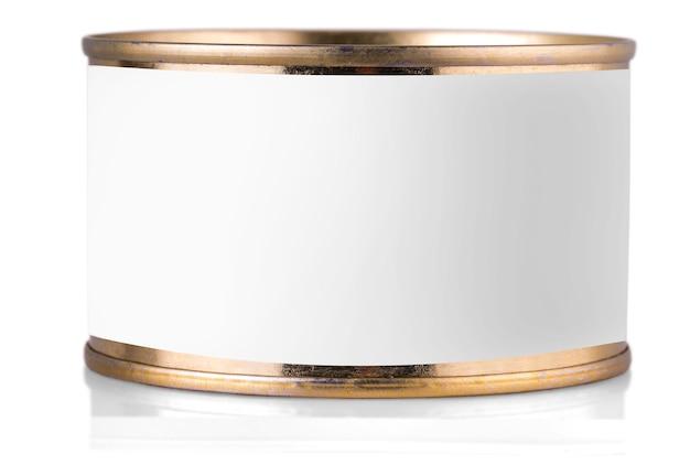 Lata de ouro com etiqueta em fundo branco isolado.