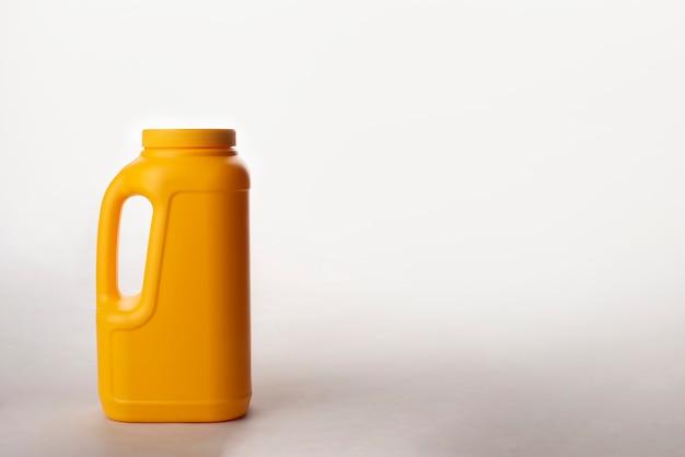 Lata de plástico amarela isolada no fundo branco