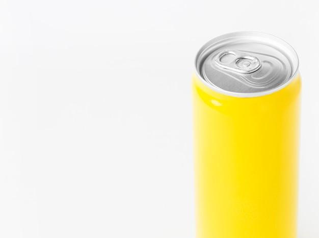 Lata de refrigerante de alto ângulo com espaço de cópia