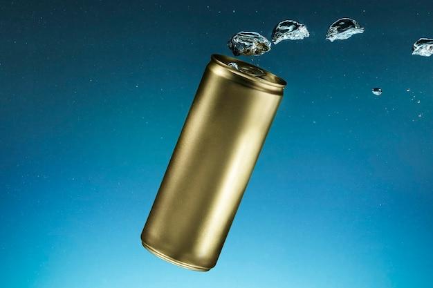 Lata de refrigerante de alumínio dourada com copyspace