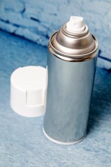 Lata de spray em um fundo azul