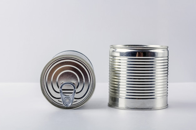 Lata dois no fundo branco. suprimentos alimentares durante quarentena e auto-isolamento de coronavírus. entrega de alimentos, doação, apoio voluntário.