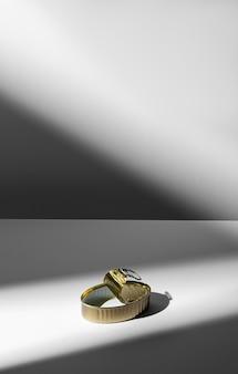 Lata dourada de ângulo alto com espaço de cópia