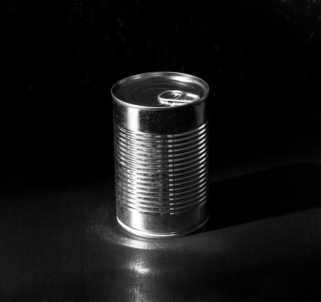 Lata redonda de prata de ângulo alto