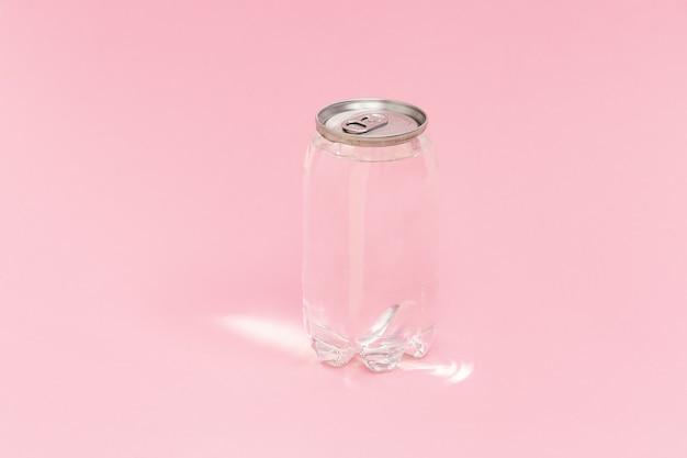 Lata transparente de água com luz do sol rosa.