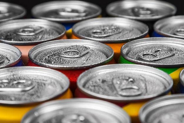 Latas de alumínio com água gaseificada, bebidas energéticas ou cerveja.