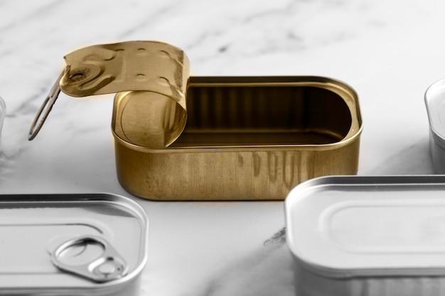 Latas de lata alta no balcão da cozinha