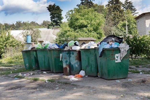Latas de lixo, depósito de lixo