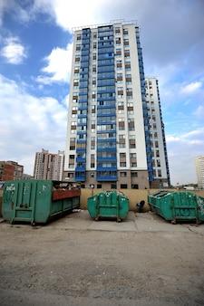 Latas de lixo em torno de novos edifícios
