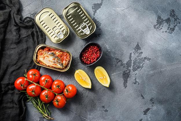 Latas de peixe com vegetais orgânicos